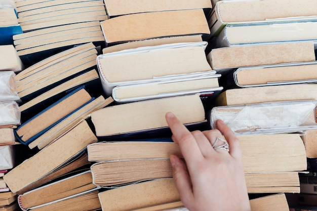 Persona eligiendo libros en la librería