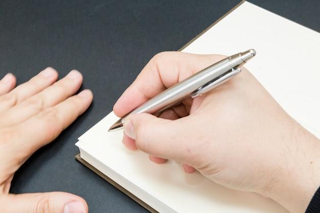 Una persona empezando a escribir