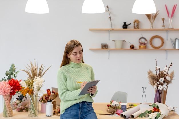 Persona emprendedora de pequeñas empresas con portapapeles