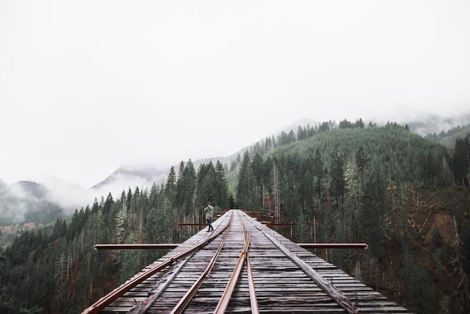 Persona en el puente del ferrocarril