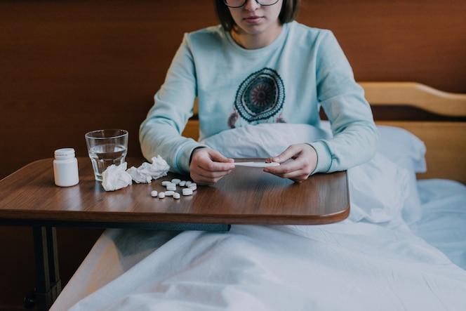 Persona enferma tomando medicina
