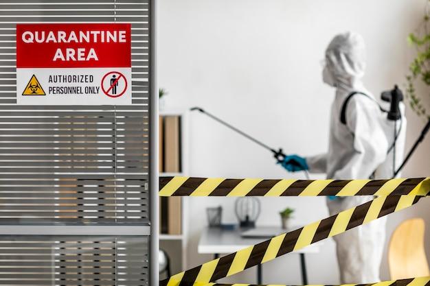 Persona en equipo especial desinfectando un área restringida
