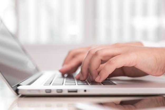 Persona escribiendo en un ordenador portátil
