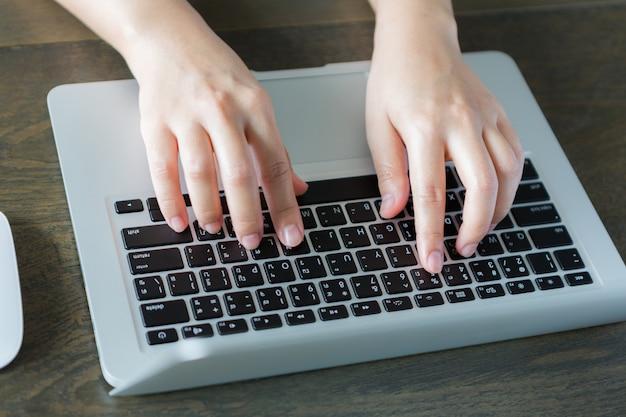 Persona escribiendo en un portátil