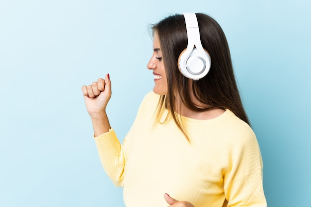 Persona escuchando música sobre fondo aislado