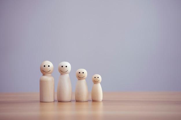 Persona de familia de madera feliz modelo un smiley en el fondo de la tabla