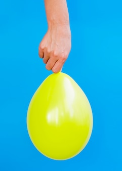 Persona con globo amarillo brillante