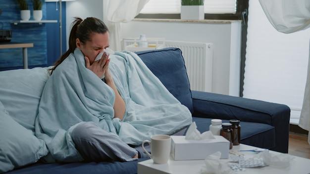 Persona con goteo nasal frío con pañuelo