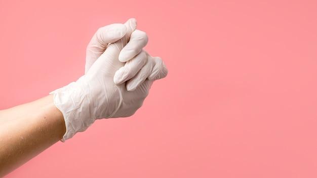 Persona con guantes protectores.