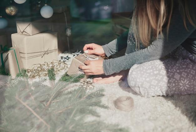 Persona irreconocible preparando regalos para su familia