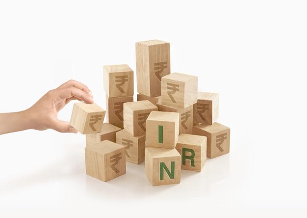 Persona jugando con bloques de juguete de madera