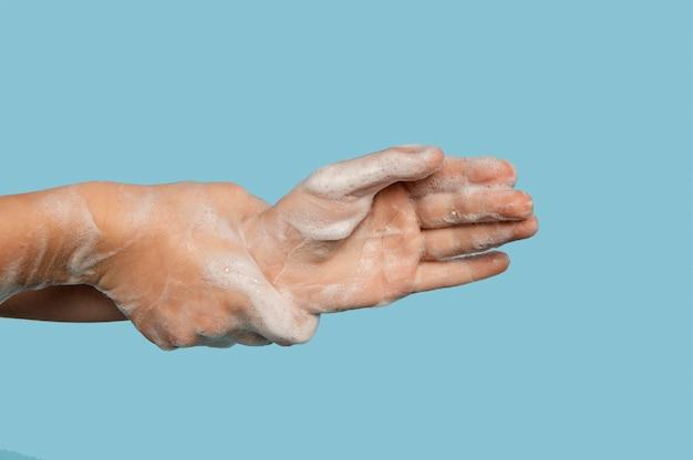 Persona lavándose las manos con espacio de copia