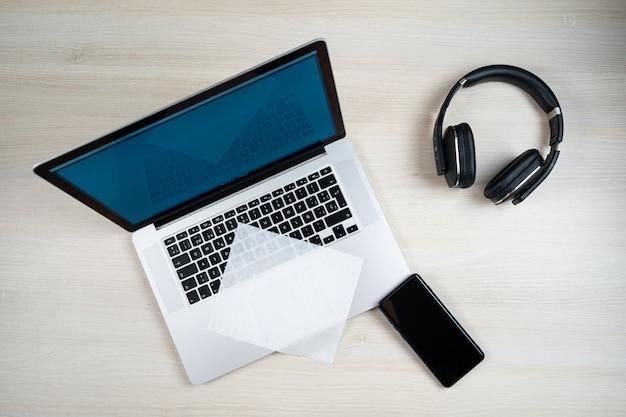 Persona limpiando laptop con toallitas con alcohol
