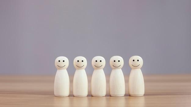 Persona de madera feliz modelo un smiley en el fondo de la tabla