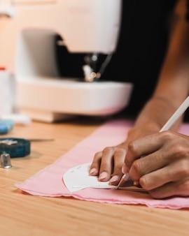 Persona y máquina de coser borrosa
