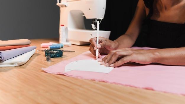 Persona y máquina de coser en un taller.