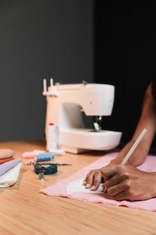 Persona y máquina de coser