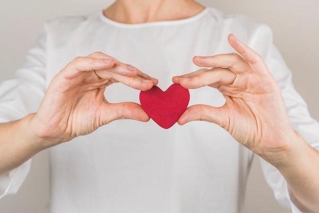 Persona mostrando corazon vinoso decorativo.
