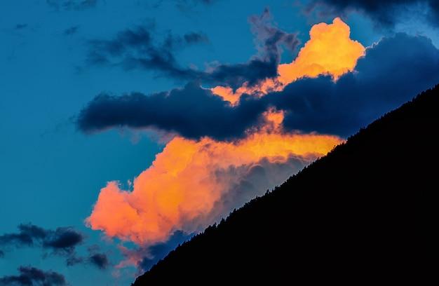 Persona mostrando nubes