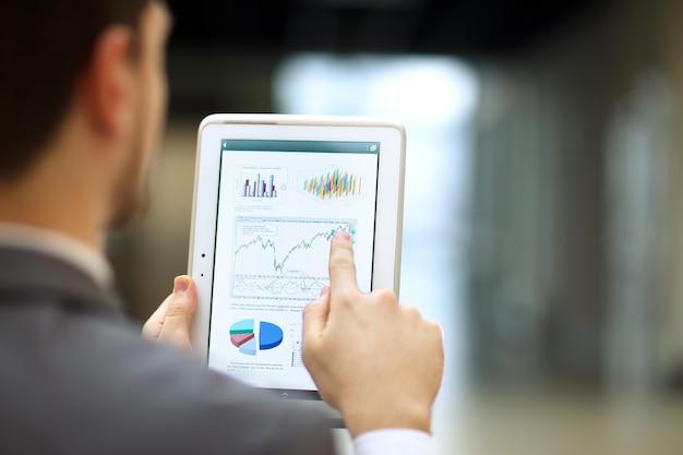 Persona de negocios analizando estadísticas financieras