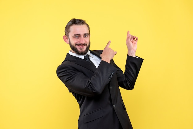 Persona de negocios barbudo apuntando hacia arriba con los dedos