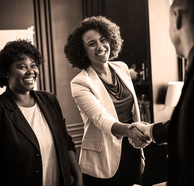 Persona de negocios saludada por un apretón de manos