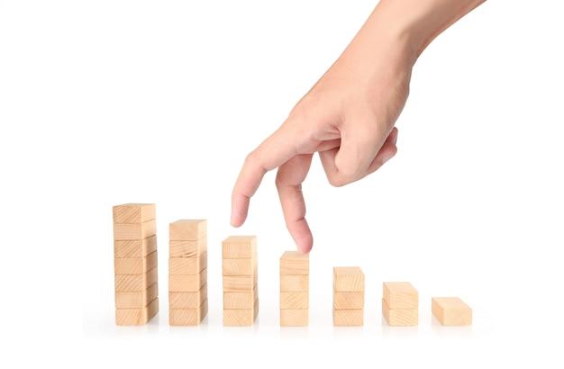 Persona de negocios similar a la mano intensificando escalera de juguete
