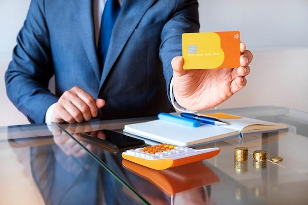 Persona de negocios con tarjeta de crédito
