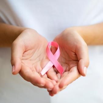 Persona de primer plano con cinta rosa