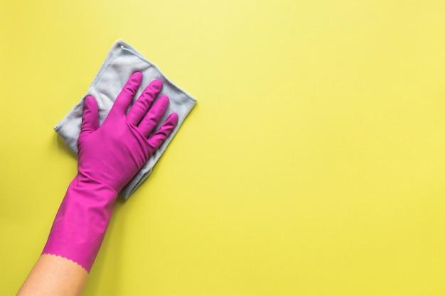 Persona de primer plano limpiando una superficie