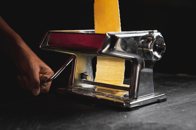 Persona de primer plano con máquina para pastelería