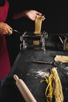 Persona de primer plano con máquina de pastelería