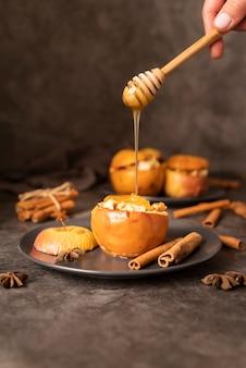 Persona de primer plano con miel y manzanas