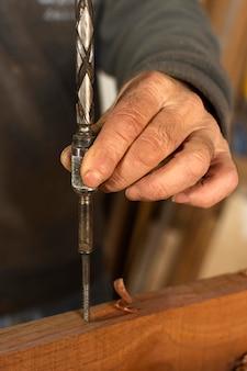Persona de primer plano perforando un agujero en la madera