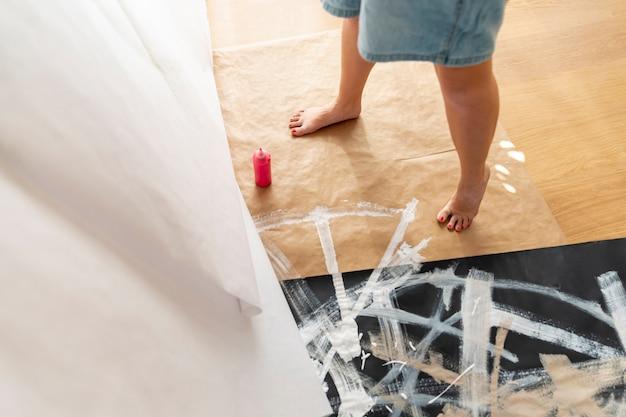 Persona de primer plano de pie cerca de la pintura