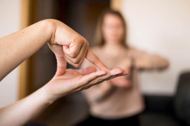 Persona de primer plano que se comunica a través del lenguaje de señas