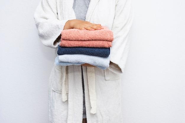 Persona de primer plano sosteniendo toallas