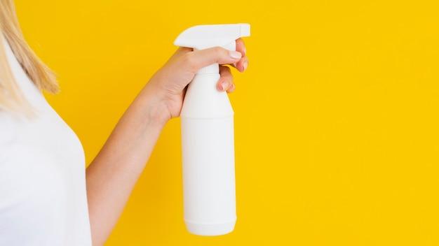 Persona de primer plano con spray y espacio de copia