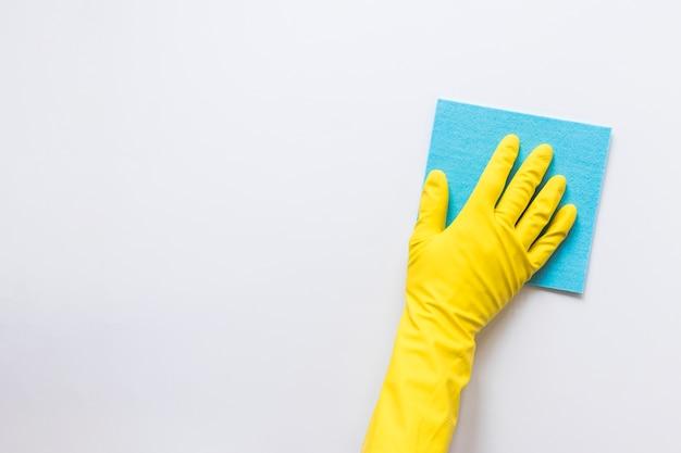 Persona de primer plano con superficie de limpieza de guantes