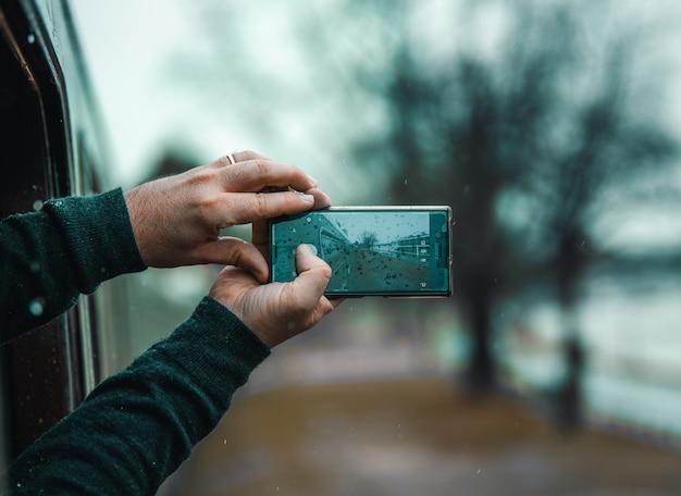 Persona de primer plano tomando una foto con el teléfono