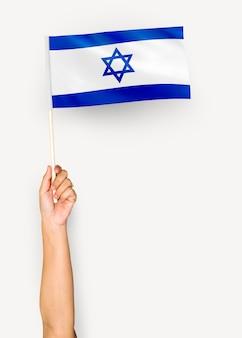 Persona que agita la bandera del estado de israel
