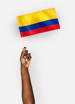 Persona que agita la bandera de la república de colombia