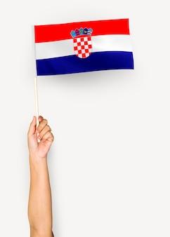 Persona que agita la bandera de la república de croacia