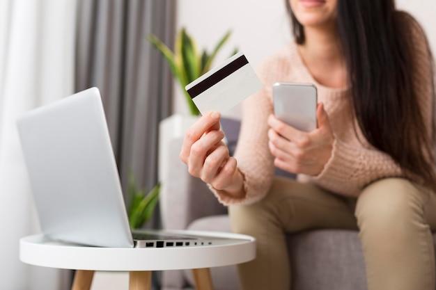 Persona que controla su computadora portátil para las ventas