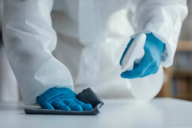 Persona que desinfecta un área de riesgo biológico