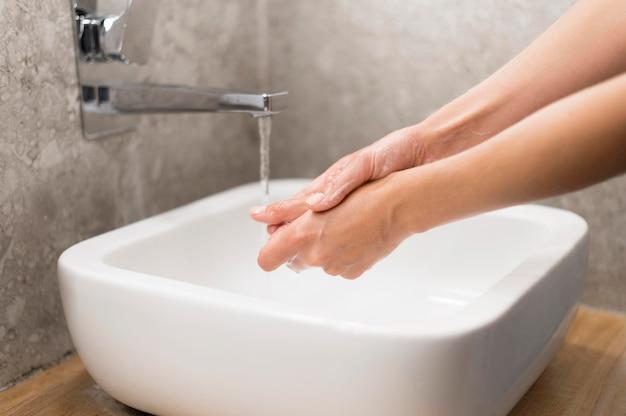 Persona que se lava las manos con jabón