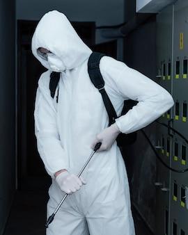 Persona que lleva un traje de prevención contra un riesgo biológico