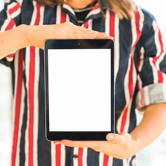 Persona que mantiene la tableta con pantalla vacía.