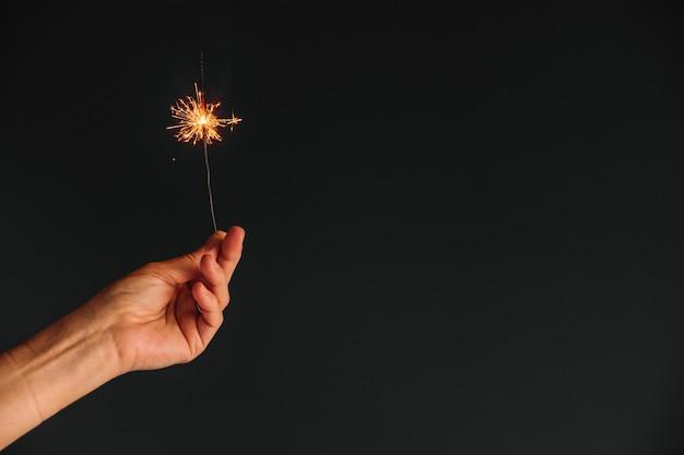 Persona que tiene la luz de bengala en la mano