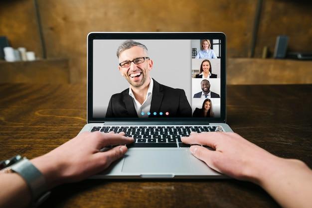Persona que tiene una videollamada de negocios en interiores